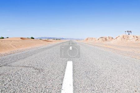 Photo pour Route à travers le désert au Maroc - image libre de droit