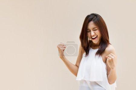 Photo pour Femme heureuse, positive, souriante et confiante sur fond de ton chaud avec espace pour le texte - image libre de droit