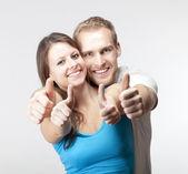 couple montrant les pouces vers le haut