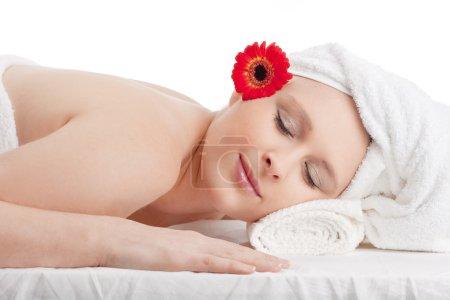 Photo pour Jeune femme au spa relaxant avec ses yeux fermés - image libre de droit