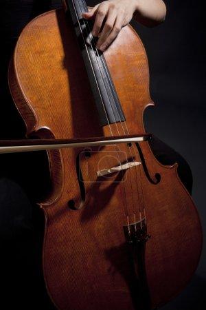 Photo pour Gros plan d'une musicienne jouant du violoncelle - image libre de droit