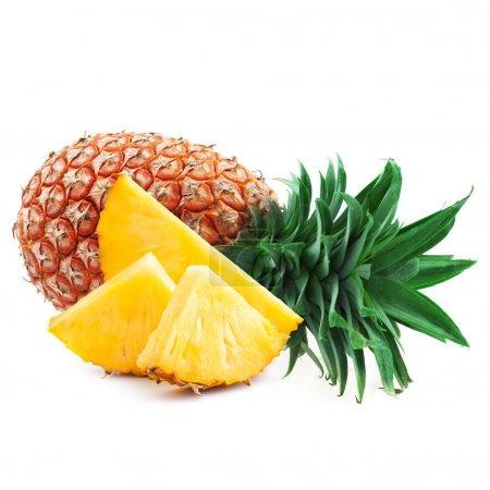 Photo pour Ananas avec tranches isolées sur du whit - image libre de droit