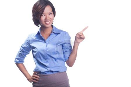 Photo pour Femme d'affaires pointant son doigt sur l'espace de copie vide, isolé sur fond blanc - image libre de droit