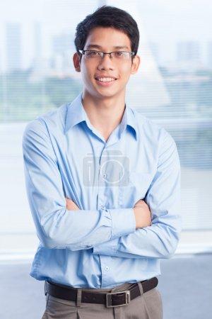 Photo pour Portrait vertical d'un jeune entrepreneur faisant ses premiers pas en affaires - image libre de droit