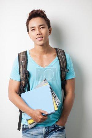 Photo pour Portrait d'un jeune étudiant de garçon regardant la caméra - image libre de droit