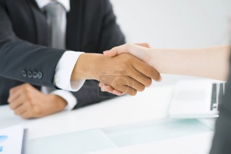 Photo pour Partenaires serrant la main pour faire preuve de respect mutuel - image libre de droit