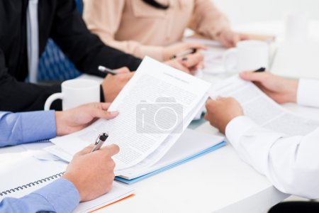 Photo pour Groupe de travailleurs d'entreprise considérant la durée de l'accord - image libre de droit