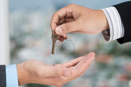 Photo pour Courtier immobilier de donner la clé au client - image libre de droit