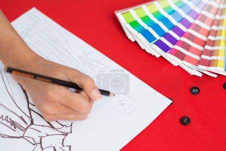 Foto de Proceso de elaboración del proyecto de ropa en la mesa - Imagen libre de derechos