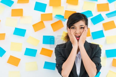 Photo pour Femme d'affaires debout devant le mur avec des autocollants - image libre de droit