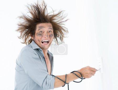 Photo pour Homme reçoit un choc électrique après un court-circuit - image libre de droit