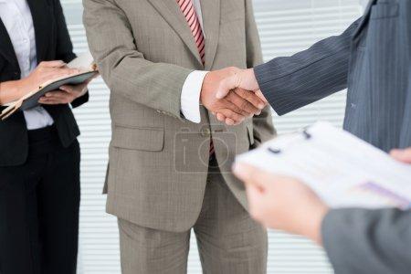 Photo pour Gros plan sur la poignée de main masculine - image libre de droit