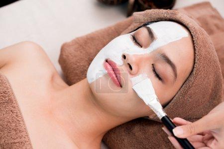 Photo pour Processus de nettoyage visage avec masque spa - image libre de droit
