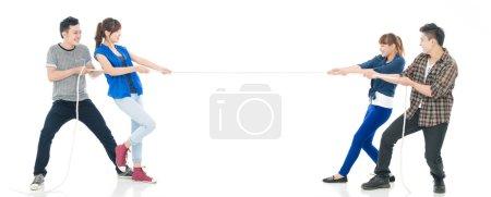 Photo pour Équipes en tirant les cordons isolés sur fond blanc - image libre de droit