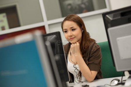 Photo pour Portrait d'un élève dans un cours d'informatique - image libre de droit