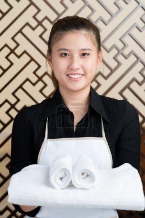 Foto de Retrato de una doncella feliz con toallas sonriendo y mirando a cámara - Imagen libre de derechos
