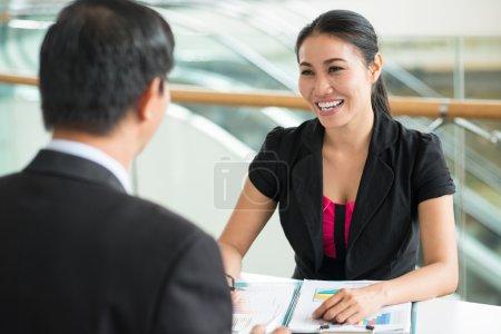 Photo pour Femme d'affaires gai, un entrepreneur mâle fournissant des services de consultation - image libre de droit