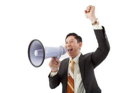 Photo pour Image d'un homme d'affaires criant à travers le mégaphone - image libre de droit