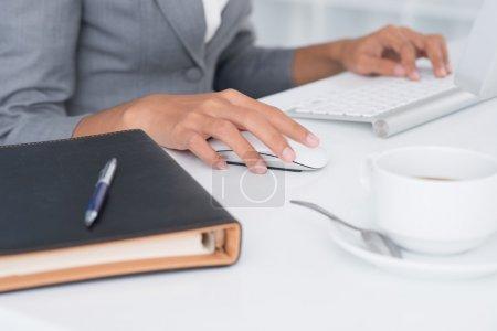 Photo pour Gros plan des mains féminines à la table de travail - image libre de droit