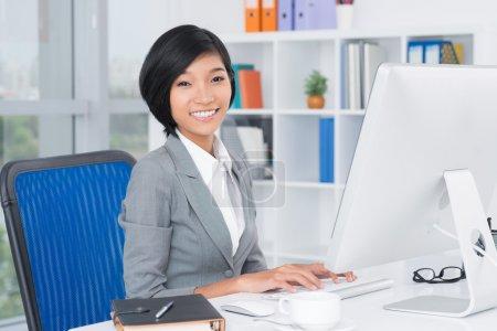 Photo pour Portrait d'une jolie employée de bureau sur son lieu de travail - image libre de droit