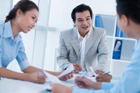 Photo pour Image d'une équipe de commerciaux, discuté d'un sujet lors de la réunion - image libre de droit