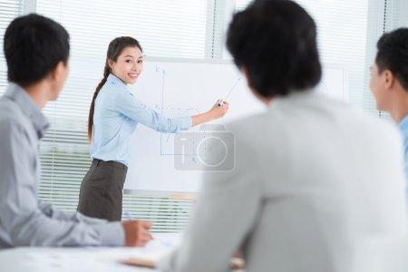 Photo pour Portrait d'une jeune femme d'affaires présentant une nouvelle idée pour les partenaires - image libre de droit