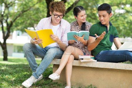 Photo pour Étudiants joyeux discuter de quelque chose à l'extérieur - image libre de droit