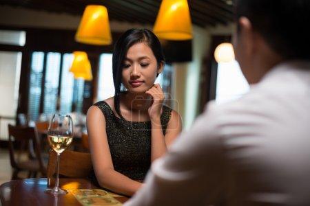 Photo pour Image d'une fille timide mais adorable étant sur un rendez-vous avec son petit ami - image libre de droit