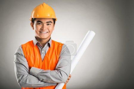 Photo pour Portrait d'un jeune ingénieur confiant isolé sur fond gris - image libre de droit