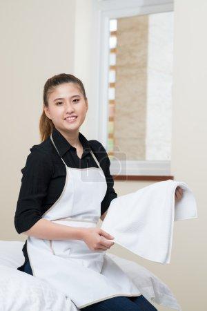 Foto de Vertical retrato de una joven ama de casa limpiar el apartamento interior - Imagen libre de derechos