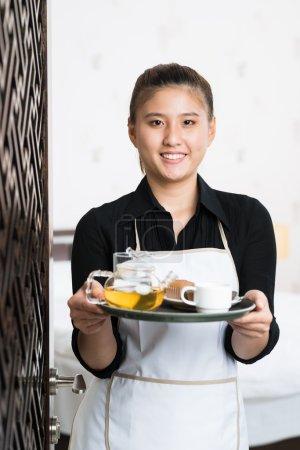 Foto de Retrato vertical de una camarera con almuerzo preparado posando en cámara - Imagen libre de derechos