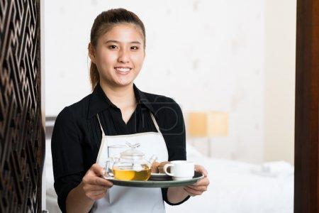 Foto de Copia-spaced retrato de una joven camarera con desayuno preparado en la bandeja - Imagen libre de derechos