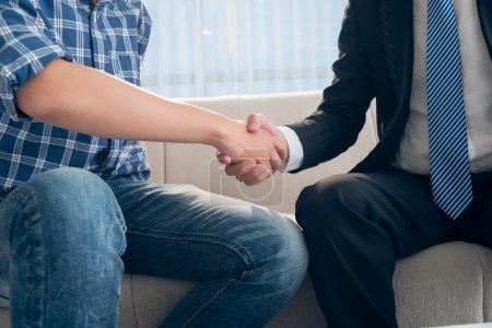 Photo pour Cropped image de conseiller financier, serrer la main de son client au premier plan - image libre de droit