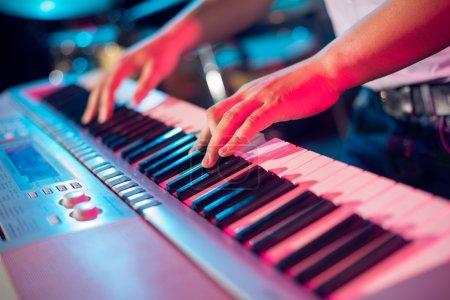 Photo pour Mains humaines jouant du piano sur la fête - image libre de droit