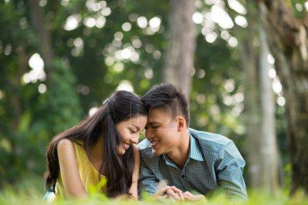 Photo pour Portrait de l'heureux couple d'adolescents passer du temps à l'extérieur - image libre de droit