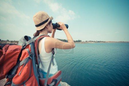 Photo pour Vue arrière d'un jeune sac à dos avec jumelles - image libre de droit