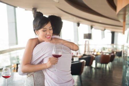 Photo pour Jeune couple embrassant dans un café dans le signe de l'amour profond - image libre de droit
