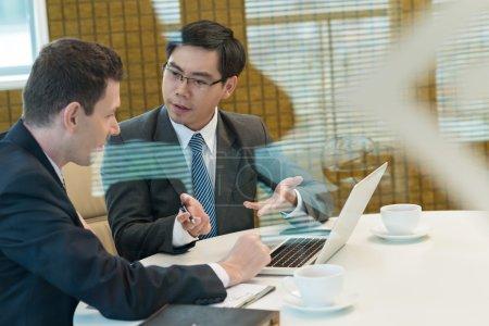 Photo pour Deux hommes d'affaires, discuté d'un sujet au cours de la pause café - image libre de droit