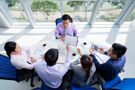 Photo pour Équipe d'affaires discutant du projet - image libre de droit
