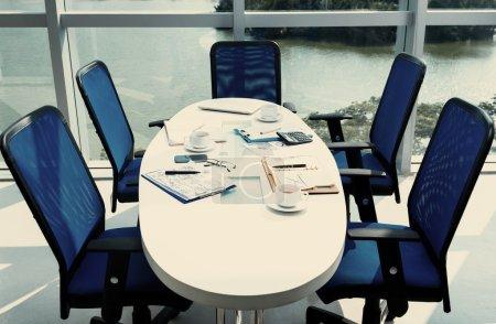Photo pour Table ronde après la réunion d'affaires - image libre de droit