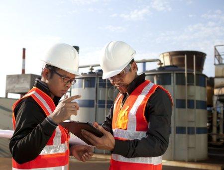 Photo pour Deux ingénieurs sur place disscution - image libre de droit
