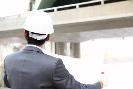 Photo pour Architecte avec un plan sur le chantier de construction de l'autoroute - image libre de droit
