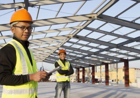 Photo pour Ingénieurs en construction permanente sur le site de l'emplacement - image libre de droit