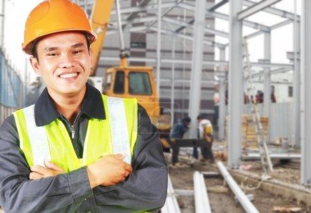Photo pour Ouvrier bâtisseur ou contremaître avec sécurité équipement de protection se trouvant sur emplacement site - image libre de droit