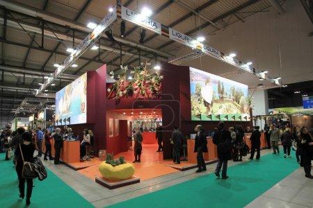 Photo pour MILAN, ITALIE - 17 FÉVRIER : Les gens visitent les stands d'exposition touristique au BIT, Salon International d'Echange Touristique le 17 Février 2011 à Milan, Italie . - image libre de droit
