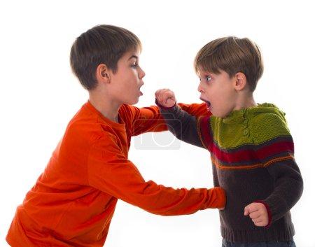 Photo pour Deux frères simulant un combat, fusillés isolés sur du blanc - image libre de droit