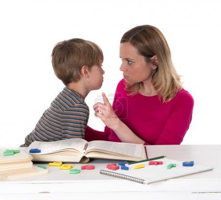 jeune élève ne veut pas savoir, il confronte sa mère qui est menacé