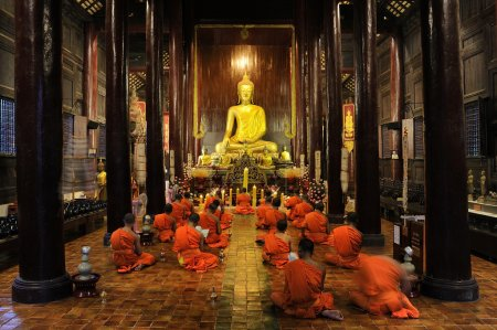 Buddhist monks pray and meditate every day evening : Wat Phan Ta