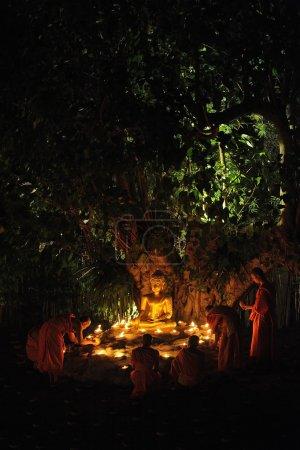 Photo pour Chiang mai-Thaïlande - 14 février : makha bucha day.traditional moines bouddhistes sont allumer des bougies pour les cérémonies religieuses à wat phan tao temple.on fév. 14,2014 à Chiang mai, Thaïlande. - image libre de droit