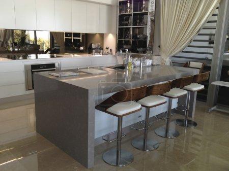 Photo pour Une cuisine moderne représentant le style de luxe et la sophistication dans le design d'intérieur - image libre de droit